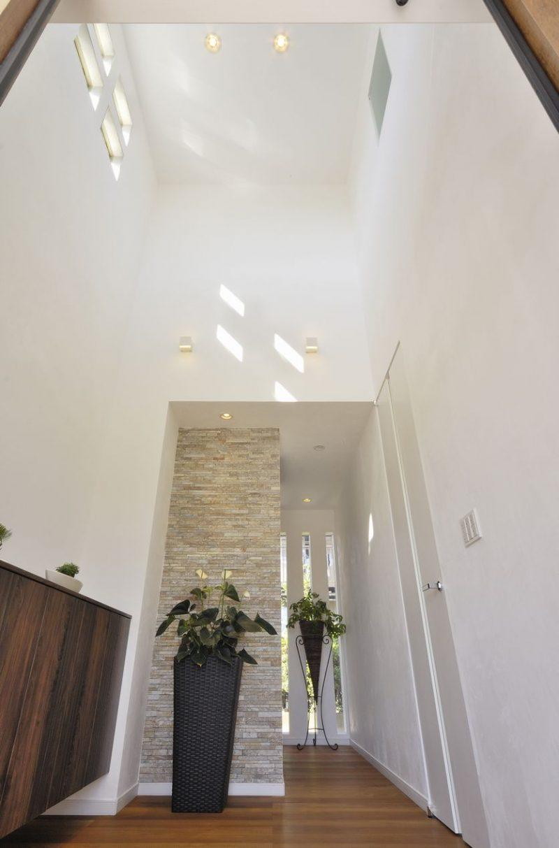 日光の差し込む風通しのいい家の壁紙