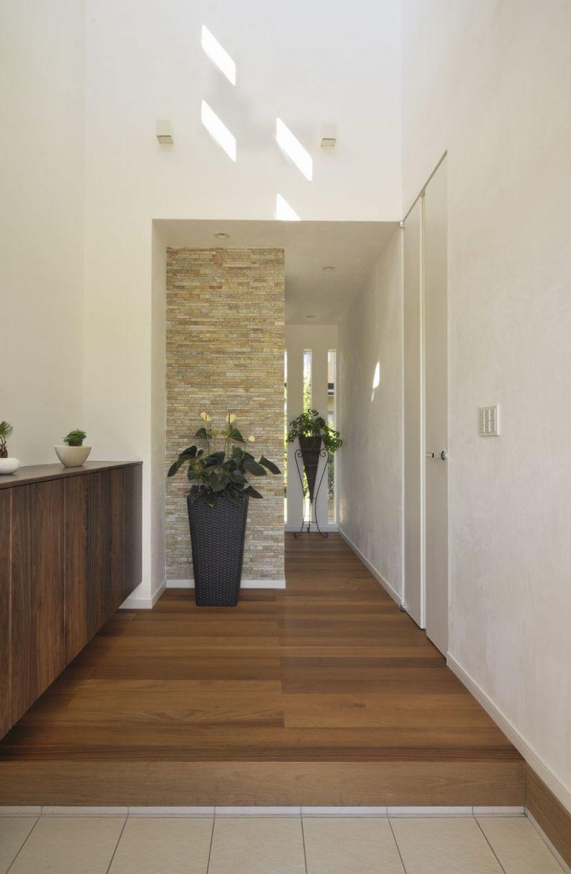 日光の差し込む風通しのいい家の玄関