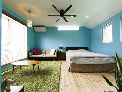 青い壁紙のアメリカンハウスの寝室