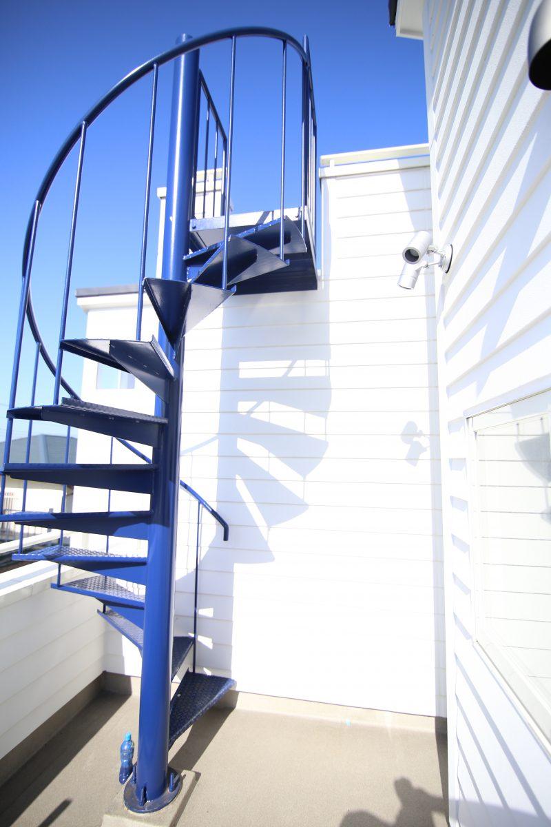 江ノ島が見えるアメリカンハウスの外階段