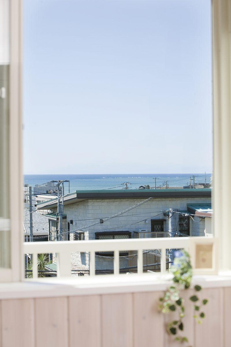 サーファーズハウスの窓から見える海辺