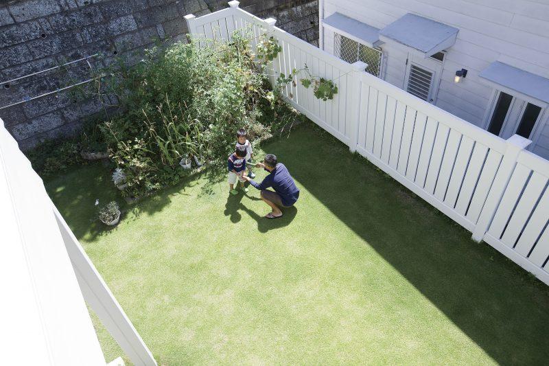 サーファーズハウスの白い柵のある庭