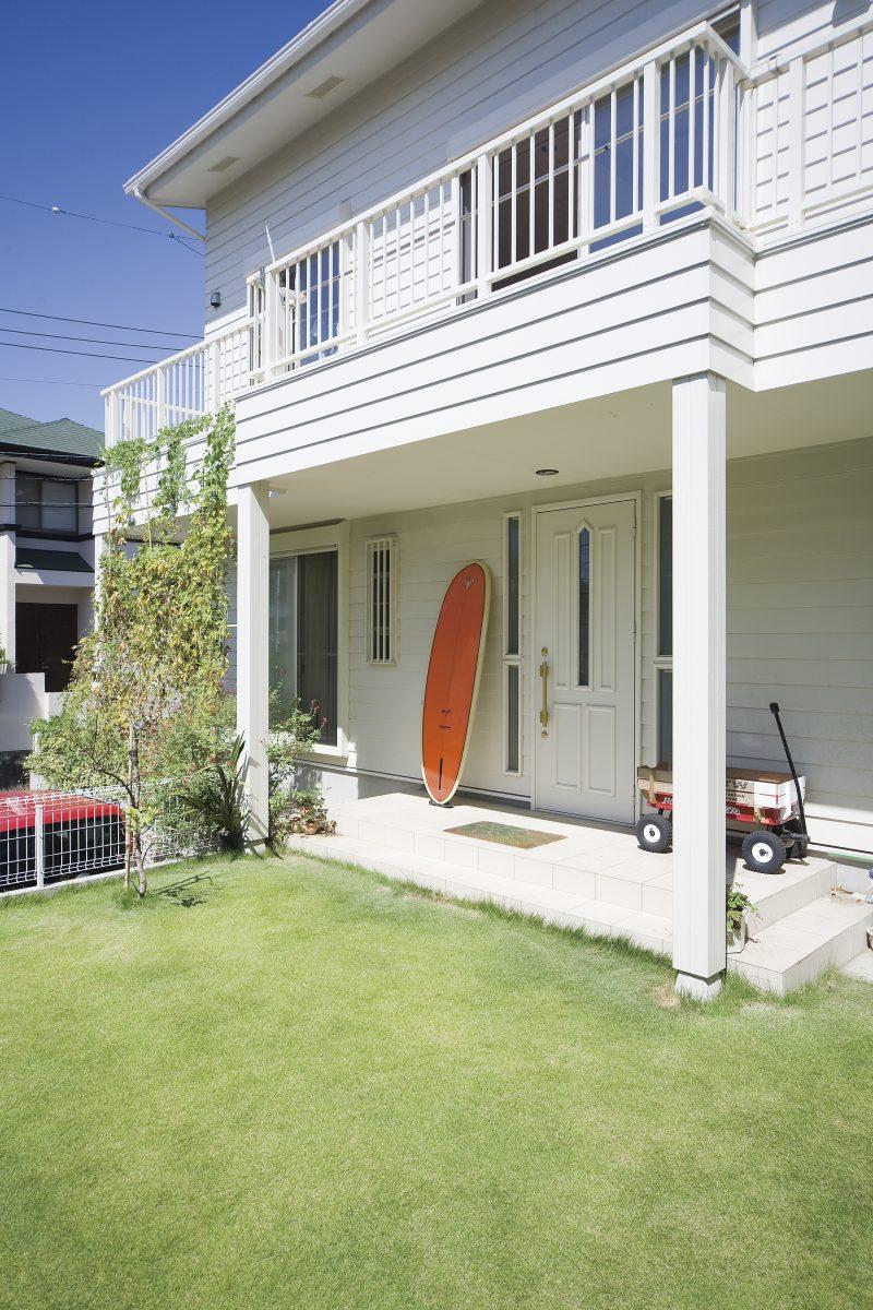 庭付きサーファーズハウスの白い外壁