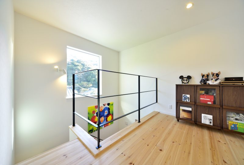 スケルトン階段がある家の部屋
