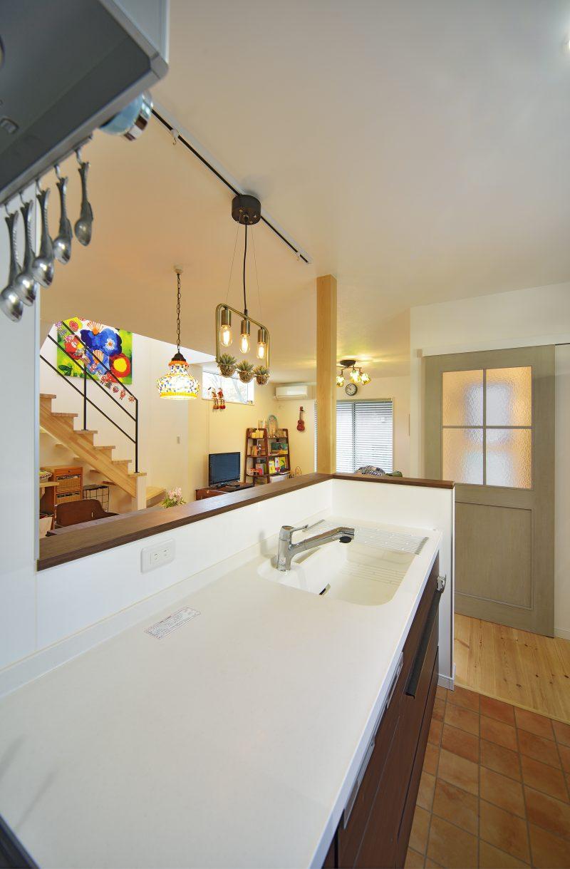 スケルトン階段がある家のキッチン