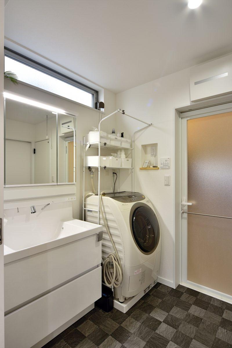 ワイドバルコニーがある家の洗面所