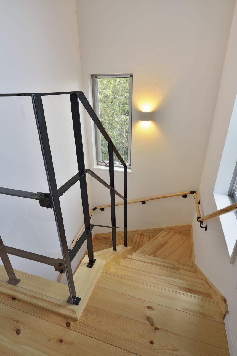 ワイドバルコニーがある家の階段