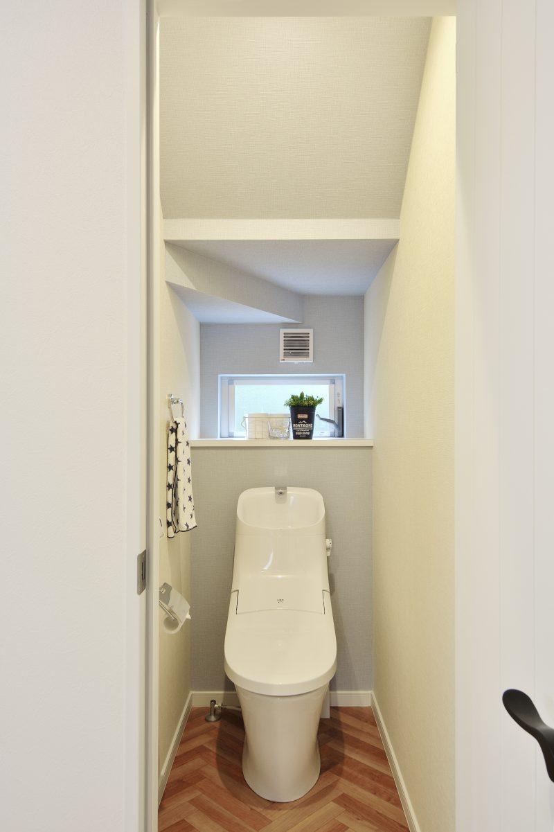 ワイドバルコニーがある家のトイレ