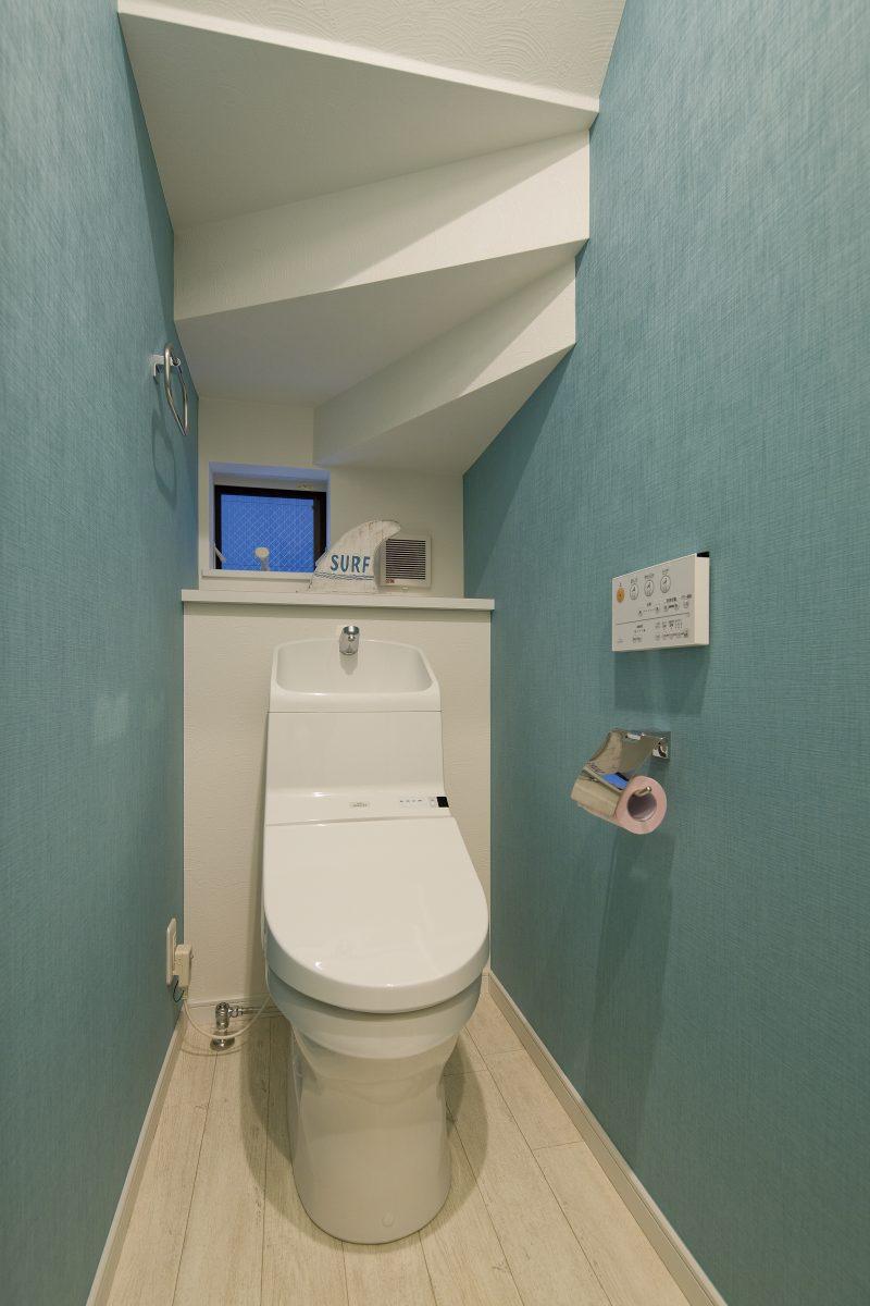 土間リビングのあるサーファーズアメリカンハウスのトイレ