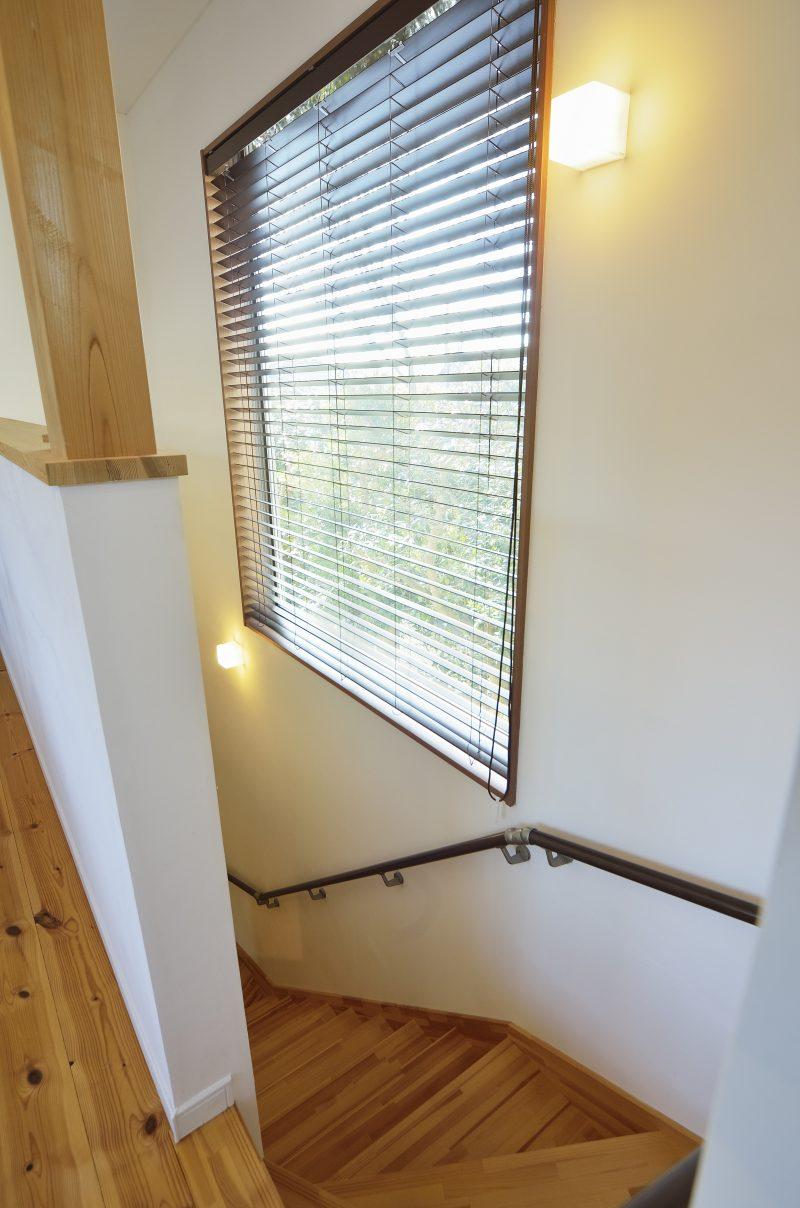 四季のある日光が差し込む家の階段